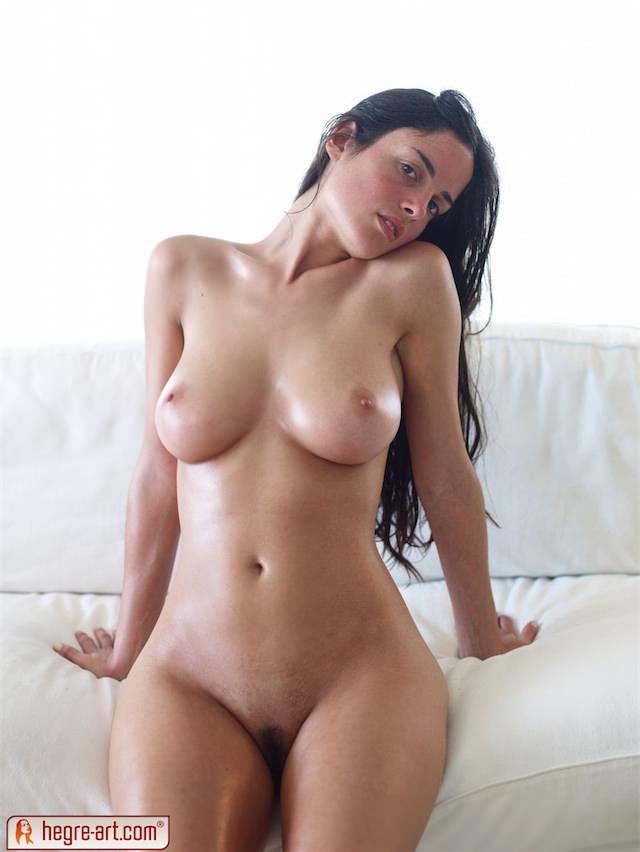 Modelos casi desnudas y con el cuerpo pintado en el