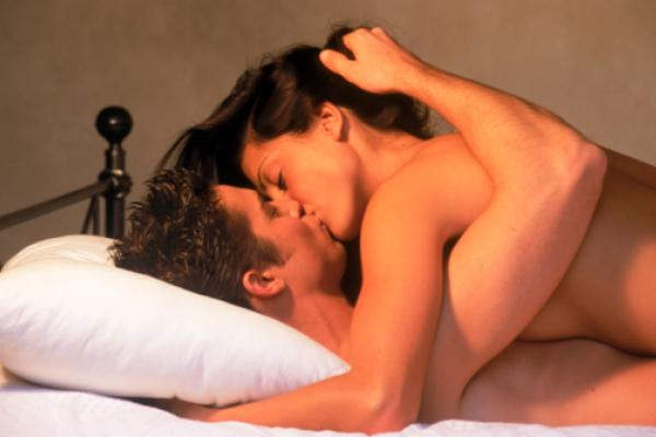 sexo amateur en una cama de agua hambredesexocom